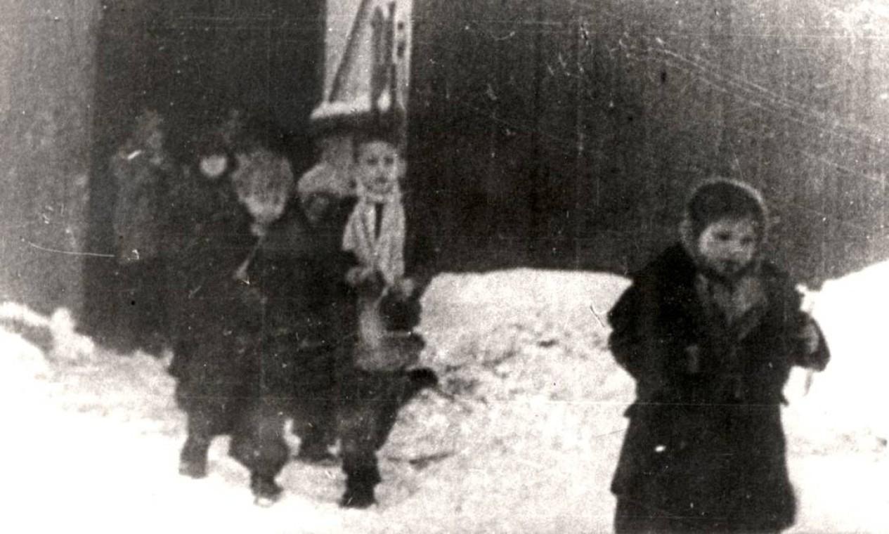 Foto mostra crianças deixando acomodações no campo de Auschwitz, em 1945 Foto: YAD VASHEM ARCHIVES / VIA REUTERS