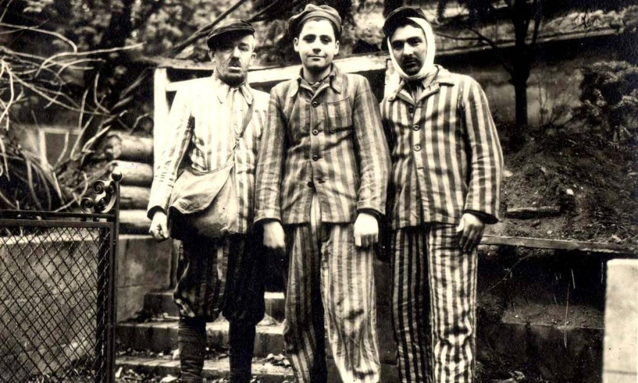 Três judeus poloneses fotografados após serem libertados pelo Exército Vermelho Foto: YAD VASHEM ARCHIVES / VIA REUTERS