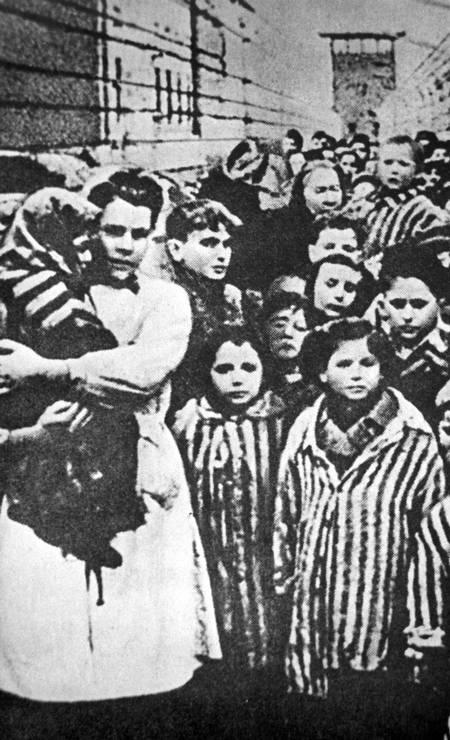 Crianças deixam o campo de Auschwitz após serem libertadas pelas tropas soviéticas Foto: YAD VASHEM ARCHIVES / VIA REUTERS