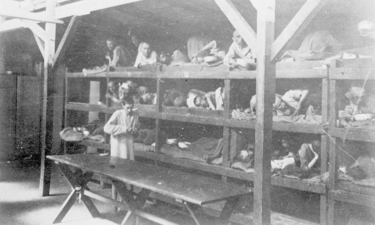 Presos são fotografados deitados em beliches dentro do campo de Auschwitz Foto: YAD VASHEM ARCHIVES / VIA REUTERS