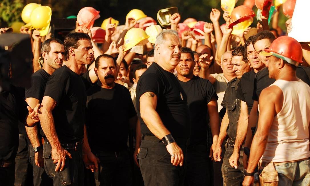 Antonio Fagundes no papel do miliciano Juvenal Antena, líder da Favela da Portelinha na novela Duas Caras Foto: João Miguel Júnior / Agência O Globo