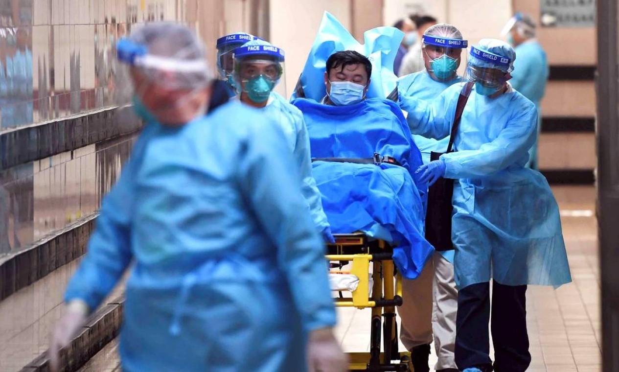 Paciente com suspeita de contágio pelo coronavírus é internado em hospital de Hong Kong; doença já chegou a 11 países Foto: STRINGER / REUTERS