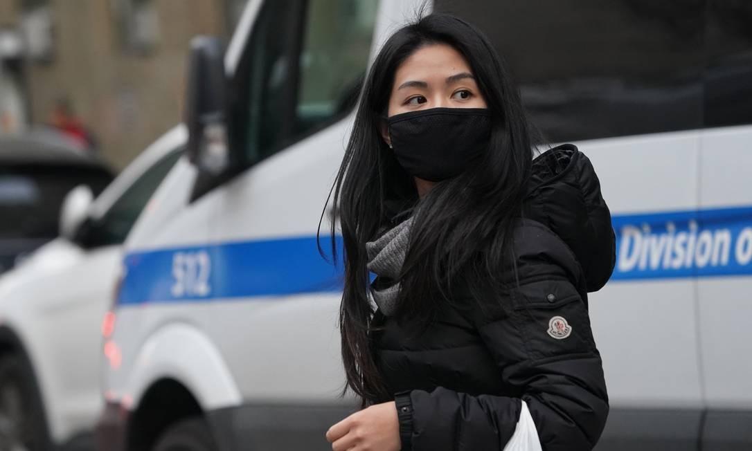 Mulher usa uma máscara protetora perto da seção de Chinatown, na cidade de Nova York, onde muitas pessoas foram vistas usando a máscara na área desde o surto do coronavírus Wuhan. Autoridades do Texas estão investigando um segundo caso suspeito de contágio do vírus Foto: TIMOTHY A. CLARY / AFP