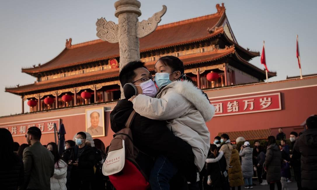 Pessoas se protegem contra o coronavírus em Pequim. Cidade cancelou as festas do Ano Novo Lunar e fechou Cidade Proibida como prevenção de proliferação da doença Foto: NICOLAS ASFOURI / AFP