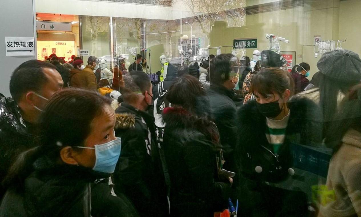 Pessoas fazem fila para receber tratamento no departamento ambulatorial no Hospital Wuhan Tongji, em Wuhan, na China. País colocou 40 milhões de pessoas sob quarentena para frear coronavírus Foto: STRINGER / REUTERS