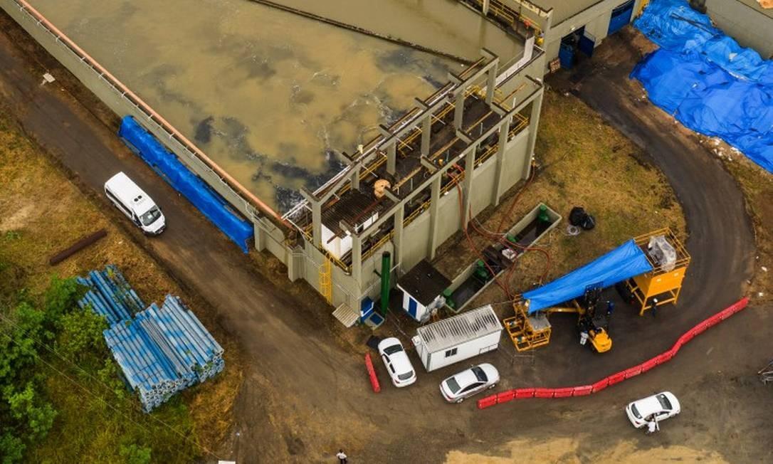 Carvão ativado começou a ser usado no tratamento da água do Guandu, em Nova Iguaçu Foto: Brenno Carvalho / Agência O Globo
