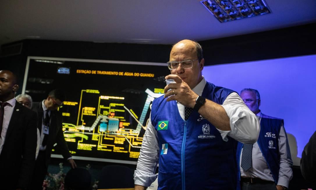 Witzel na Estação de Tratamento Guandu, onde acompanhou o início da aplicação de carvão ativado no sistema de captação Foto: Brenno Carvalho / Agência O GLOBO