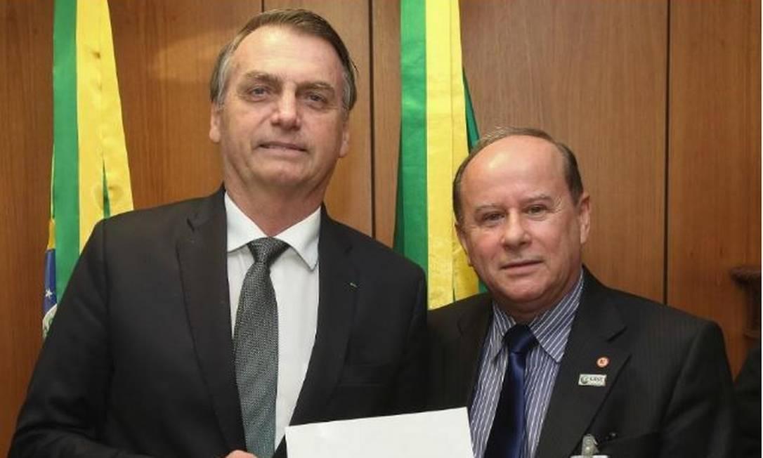Benedito Guimarães Aguiar Neto, então presidente do Conselho de Reitores das Universidades Brasileiras (Crub), durante encontro com Jair Bolsonaro, em março passado; ele foi nomeado hoje presidente da Capes Foto: Marcos Corrêa/PR