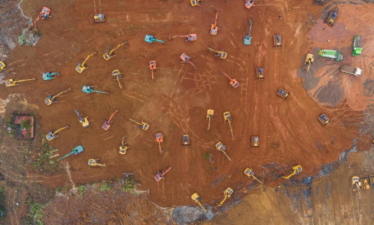 Vista aérea mostra dezenas de escavadeiras trabalhando simultaneamente no terreno onde será construído o hospital especial com 25 mil metros quadrados Foto: STR / AFP