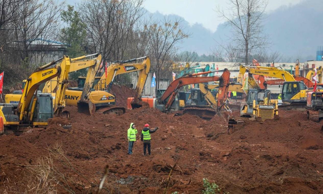 Dezenas de escavadeiras trabalhando simultaneamente no terreno onde será construído o hospital especial com 25 mil metros quadrados Foto: STR / AFP