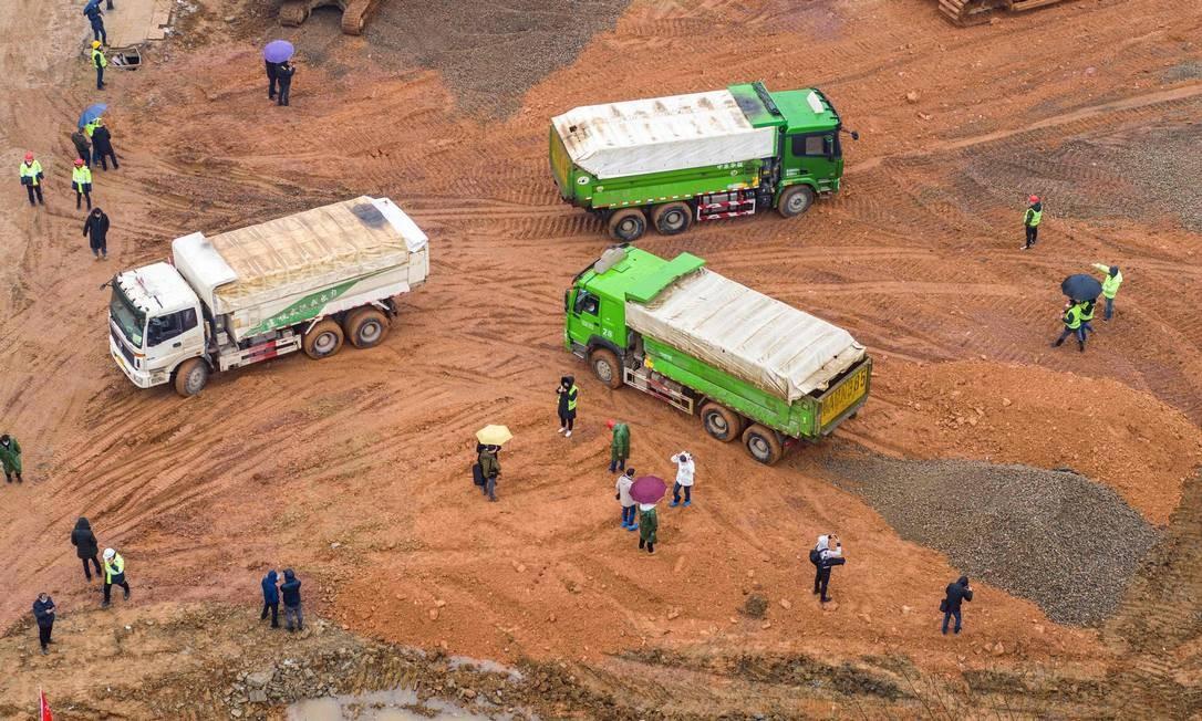 A todo momento, chegam caminhões com material de construção ao canteiro de obras de Wuhan Foto: STR / AFP