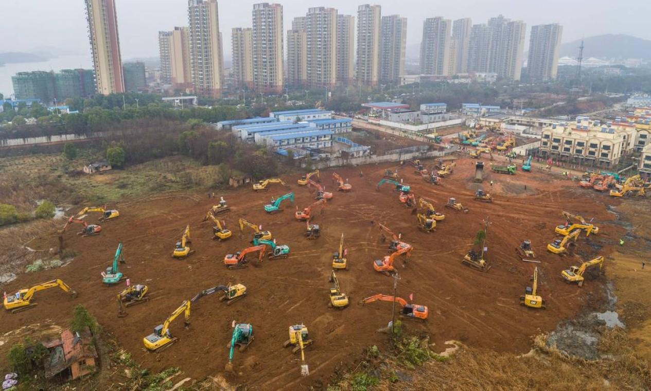 Hospital está sendo contruído em Wuhan, cidade chinesa com mais de 10 milhões de habitantes, considerada epicentro do surto do novo coronavírus Foto: STR / AFP