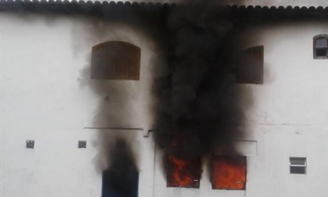 O fogo no primeiro andar da residência Foto: Wesley Guedes / Facebook