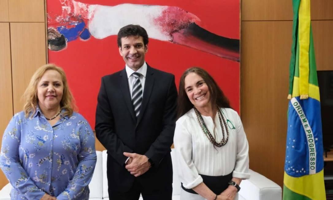 A reverenda Jane Silva em reunião com Regina Duarte e o ministro do Turismo, Alvaro Antonio Foto: Divulgação