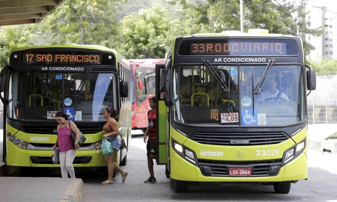 Passageiros chegam ao Terminal João Goulart, no Centro, em ônibus do consórcio Transoceânico. Foto: Domingos Peixoto / Agência O Globo