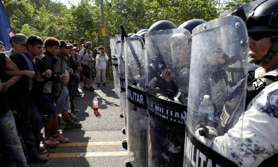 Forças de segurança mexicanas tentam conter o avanço da caravana de imigrantes centro-americanos Foto: ANDRES MARTINEZ CASARES / REUTERS/23-01-2020