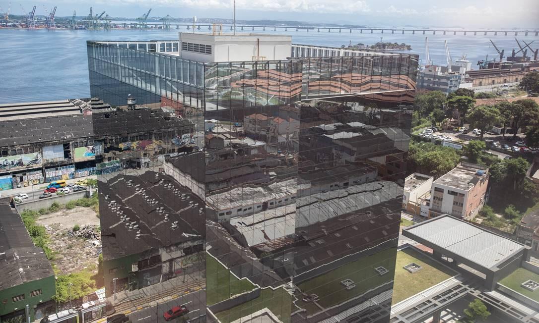 Espelhado de cima a baixo, o edifício Porto Atlântico causa impacto visual refletindo toda área do Porto Maravilha Foto: Brenno Carvalho / Agência O Globo