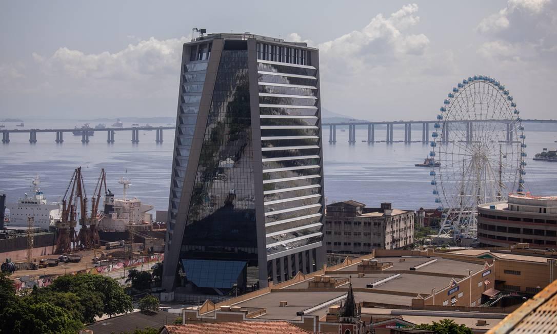 Visão do Porto Maravilha com o edifício Aqwa Corporate e a roda-gigante Rio Star, empreendimentos que simbolizam progresso da região revitalizada Foto: Brenno Carvalho / Agência O Globo