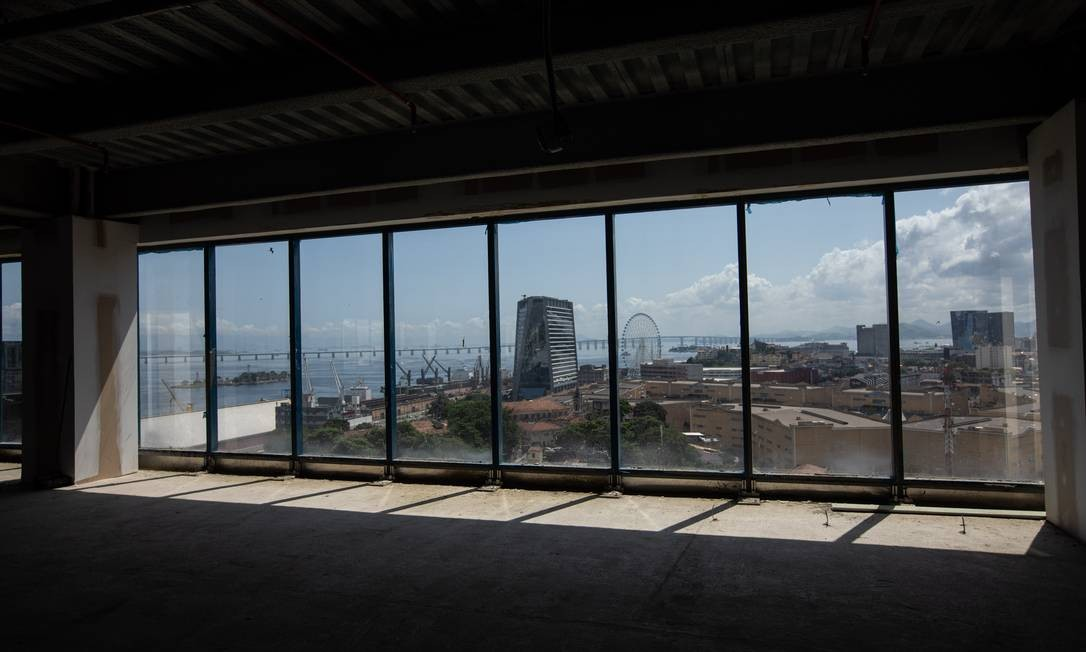 O Porto Maravilha e todos seus contrastes vistos de dentro do edifício Porto Atlântico Foto: Brenno Carvalho / Agência O Globo