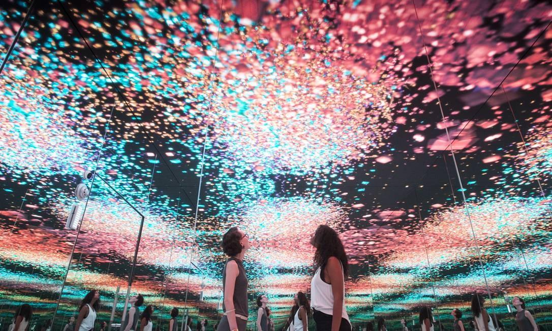 Ambiente imersivo do MUSEHUM tem jogo de luzes e espelhos para mostrar rastros digitais do público Foto: Renata Mello / Divulgação