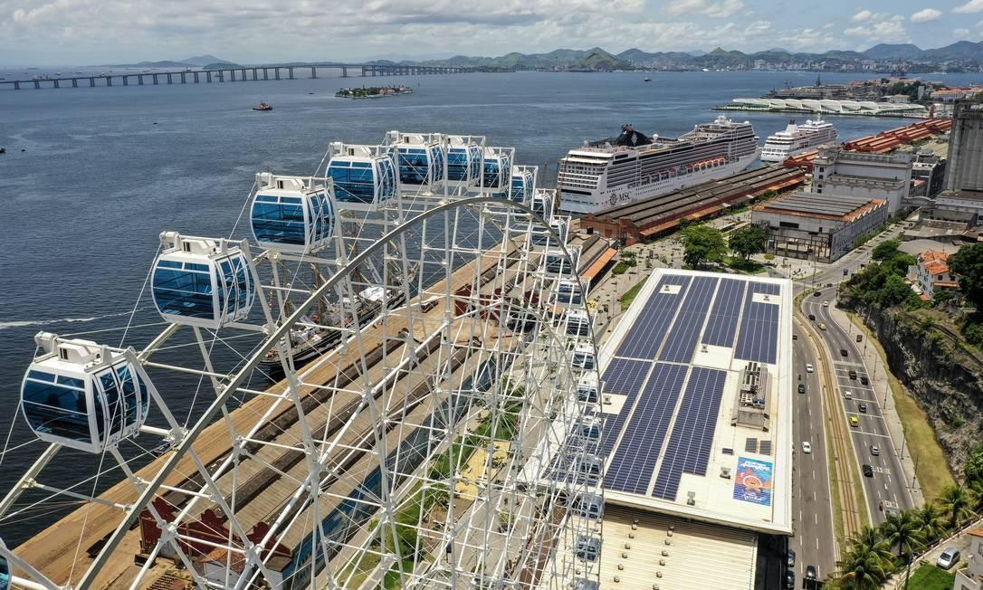 Ao lado do AquaRio, a roda-gigante Rio Star, inaugurada em dezembro, é sucesso de público com seus 88 metros de altura e 54 cabines que dão vista privilegiada da Zona Portuária e da Baía de Guanabara Foto: Brenno Carvalho / Agência O Globo