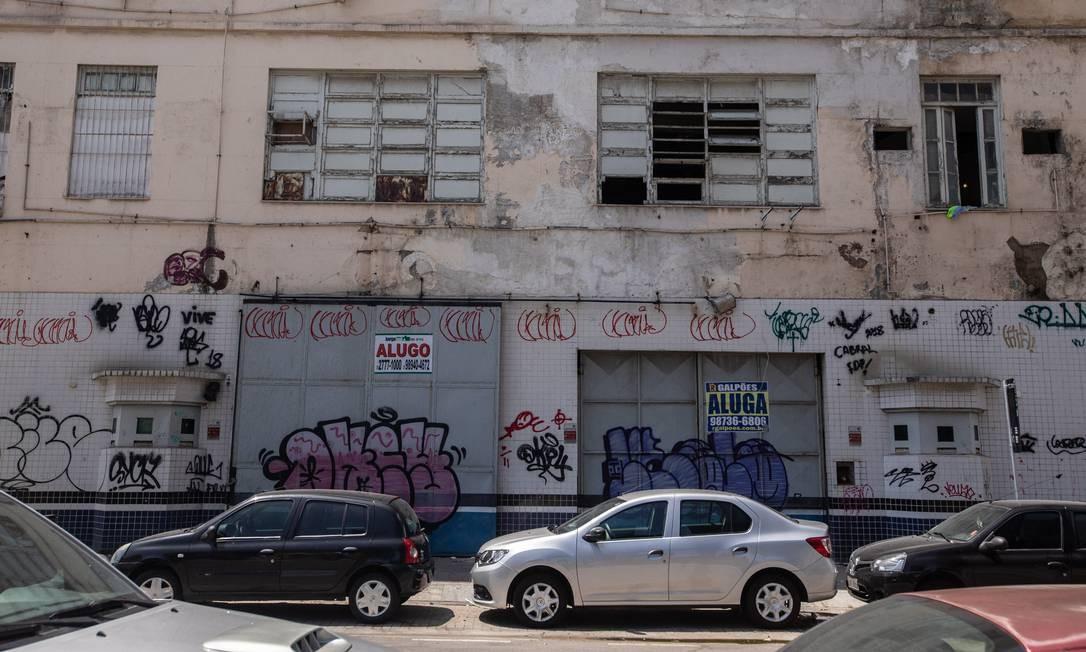 Prédios antigos ostentam placas de aluga-se à espera de interessados Foto: Brenno Carvalho / Agência O Globo