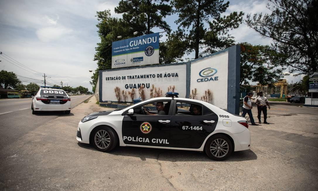 Carros da Polícia Civil saindo da Estação de Tratamento de Guandu, em Seropédica Foto: Brenno Carvalho / Agência O Globo