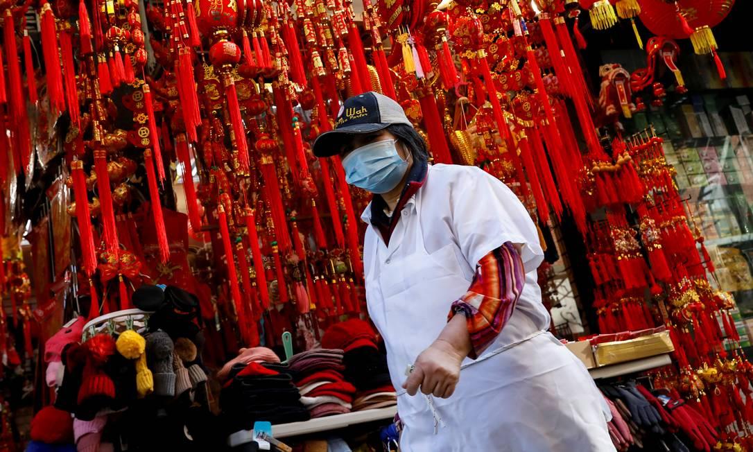 Pessoas usam máscaras para andar pelas ruas de Chinatown. Foto: BRENDAN MCDERMID / REUTERS