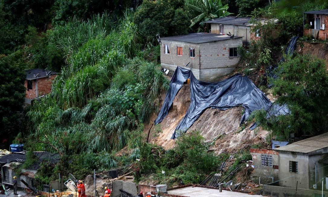 Bombeiros trabalham no resgate de vítimas de deslizamento em Ibirité, Minas Gerais Foto: CRISTIANE MATTOS / REUTERS
