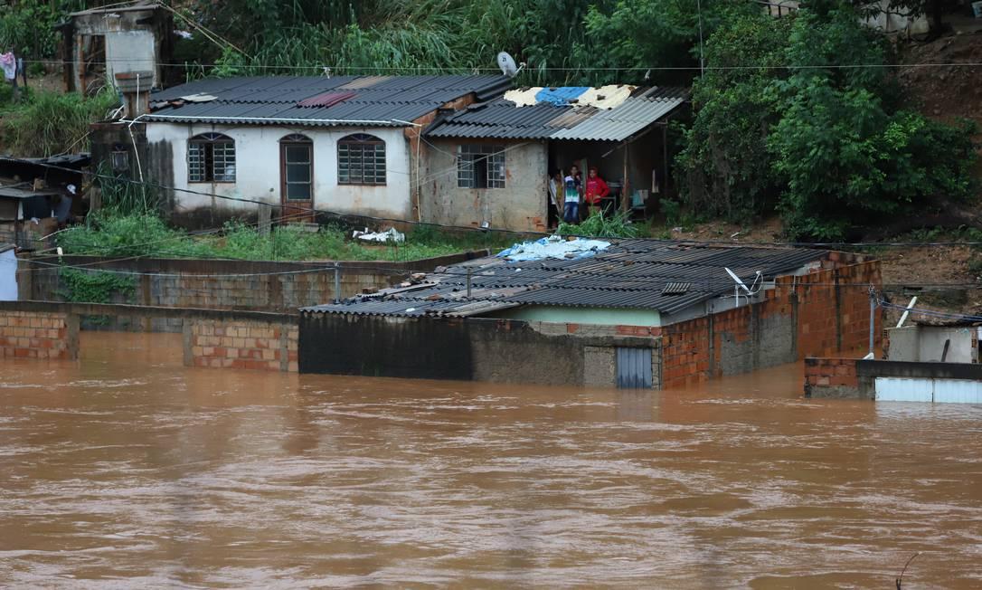 Rio das Velhas transbora e alaga Sabara, em Minas Gerais Foto: Flavio Tavares / O Tempo