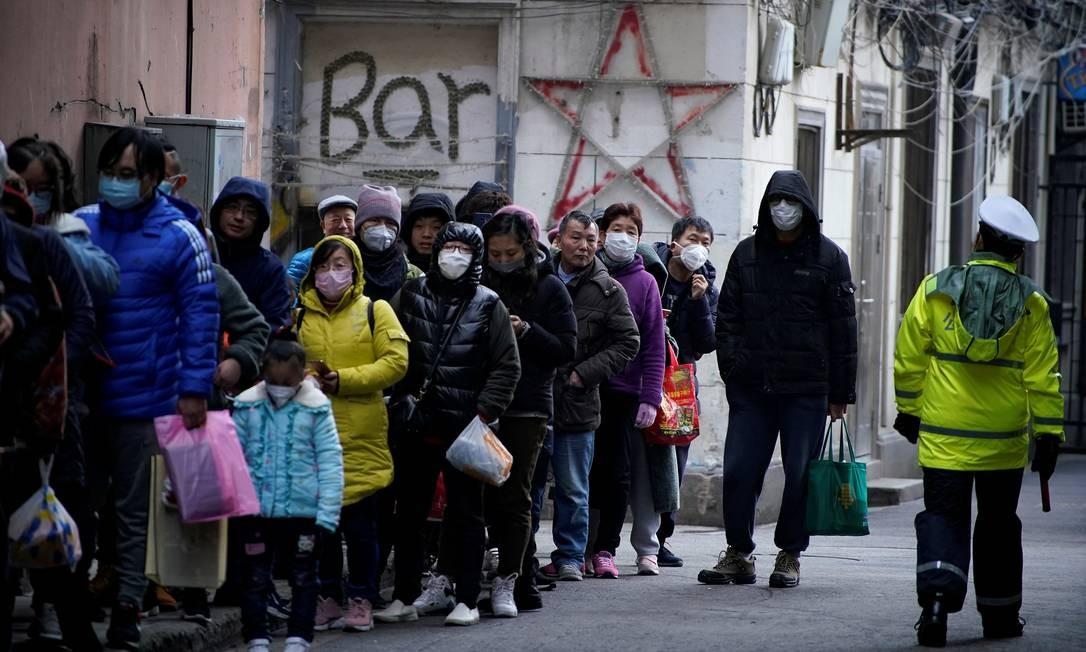 Fila em Xangai para comprar máscaras de proteção sanitária Foto: Aly Song / REUTERS