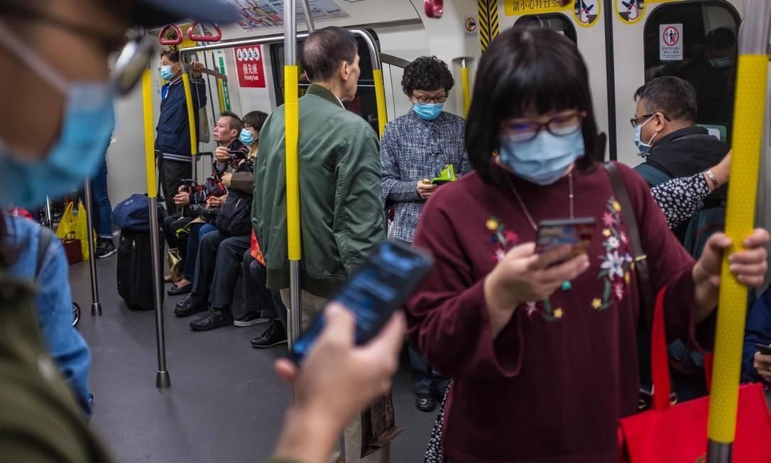 População chinesa passa a usar máscaras para evitar contaminação pelo coronavírus Foto: Dale de La Rey / AFP