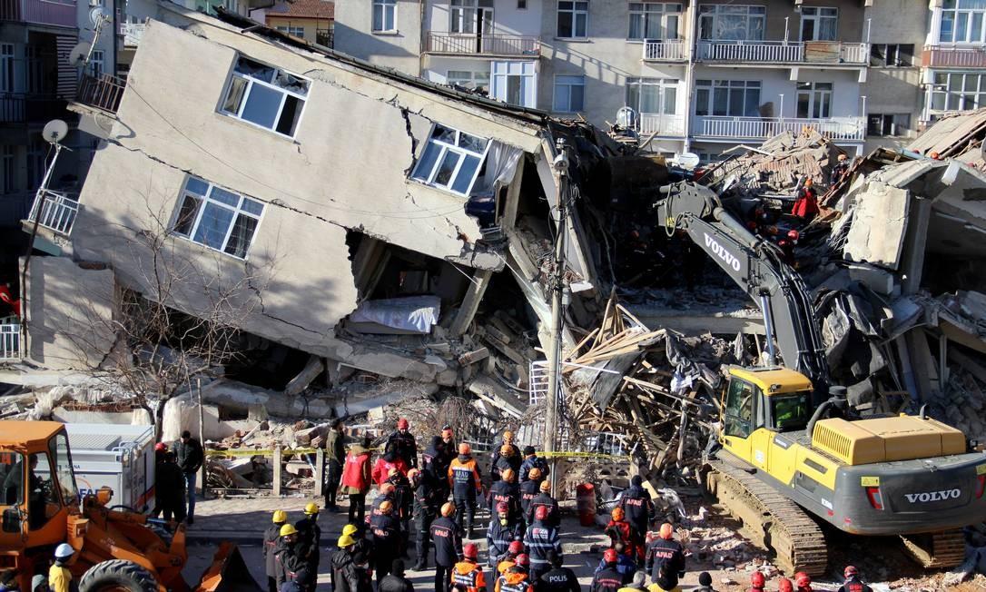 Prédio desabou após um terremoto em Elazig Foto: STRINGER / REUTERS