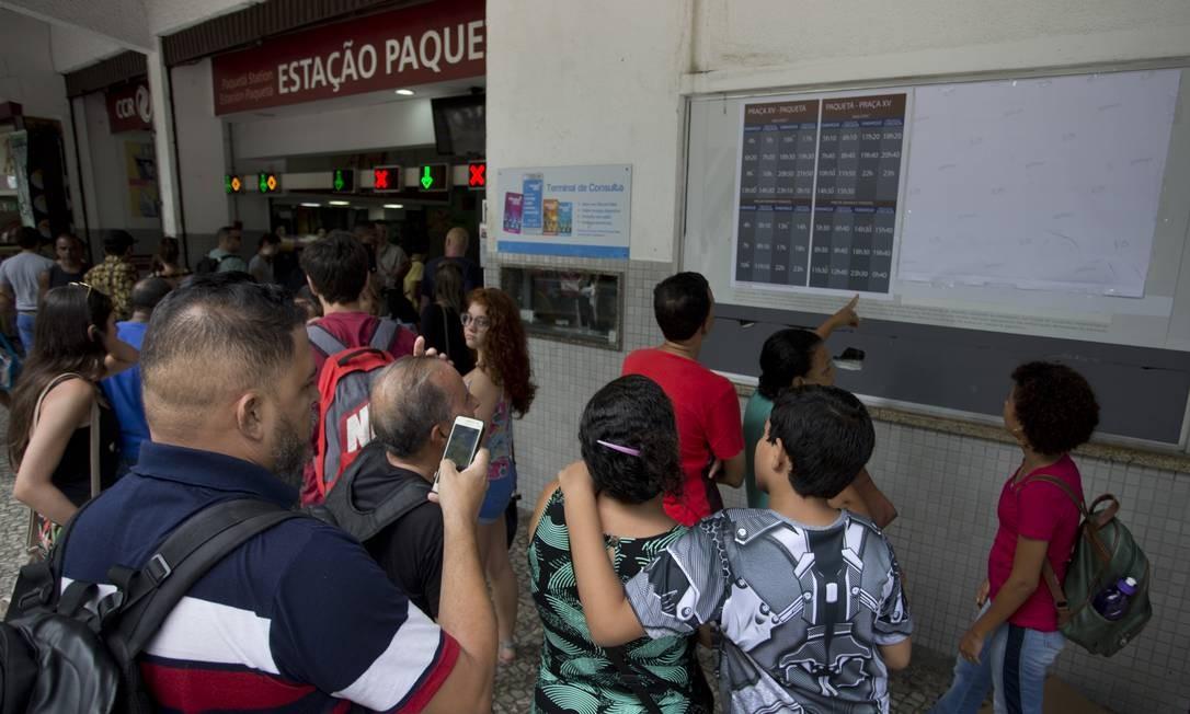 Pegos de surpresa, usuários que seguiam para Paquetá neste sábado faziam fotos da nova grade de horários da linha Foto: Márcia Foletto / Agência O Globo