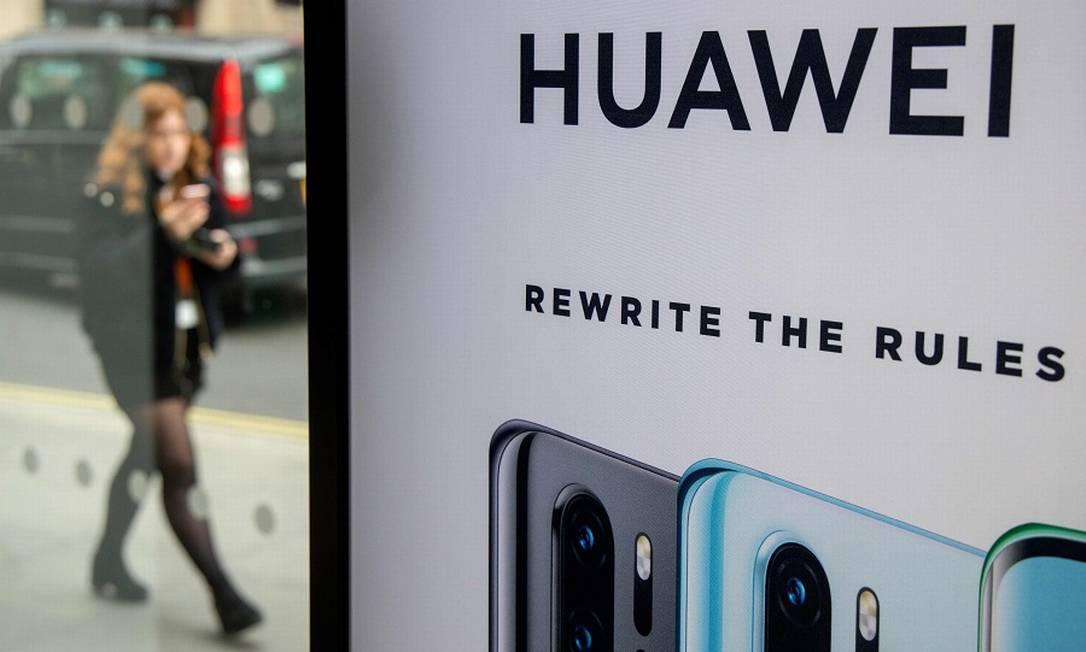 Estande da chinesa Huawei em loja em Londres: na berlinda. Foto: TOLGA AKMEN / AFP