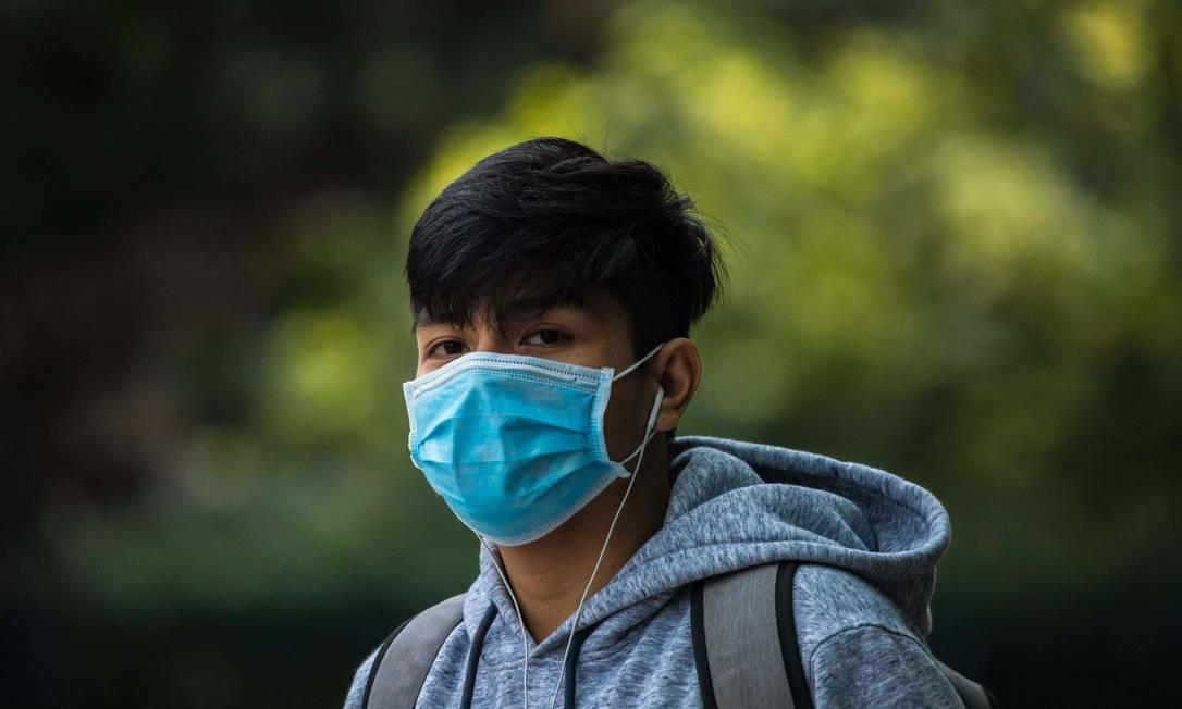 Um homem usa uma máscara em Hong Kong em 26 de janeiro de 2020, como medida preventiva após um surto de coronavírus iniciado na cidade chinesa de Wuhan Foto: DALE DE LA REY / AFP