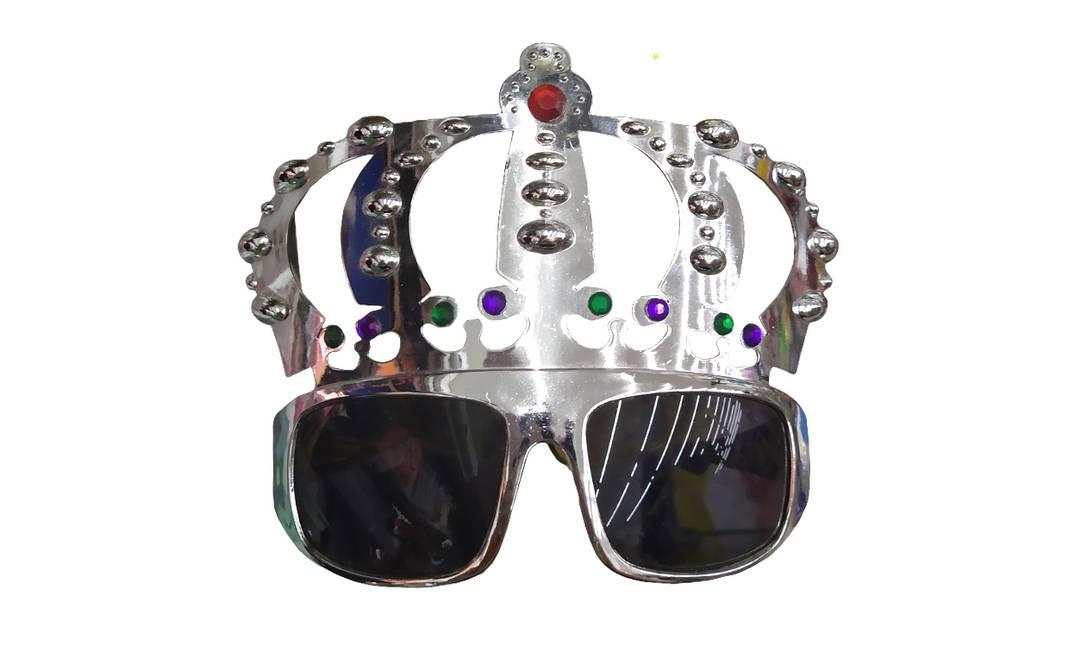 Óculos com coroa tem versões dourada e prateada: R$ 7,90 Onde encontrar: Bijuteria 108, Rua Senhor dos Passos, 108 Foto: Ana Clara Veloso / Agência O Globo