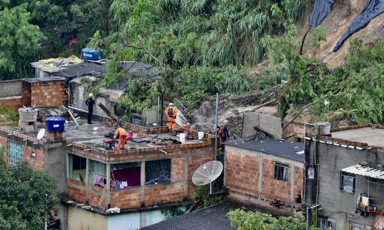 Pelo menos três pessoas morreram em um desabamento na Vila Ideal, bairro Durval de Bairros, em Ibirité, região Metropolitana de Belo Horizonte na sexta-feira Foto: Uarlen Valerio / O Tempo / via Agência O Globo
