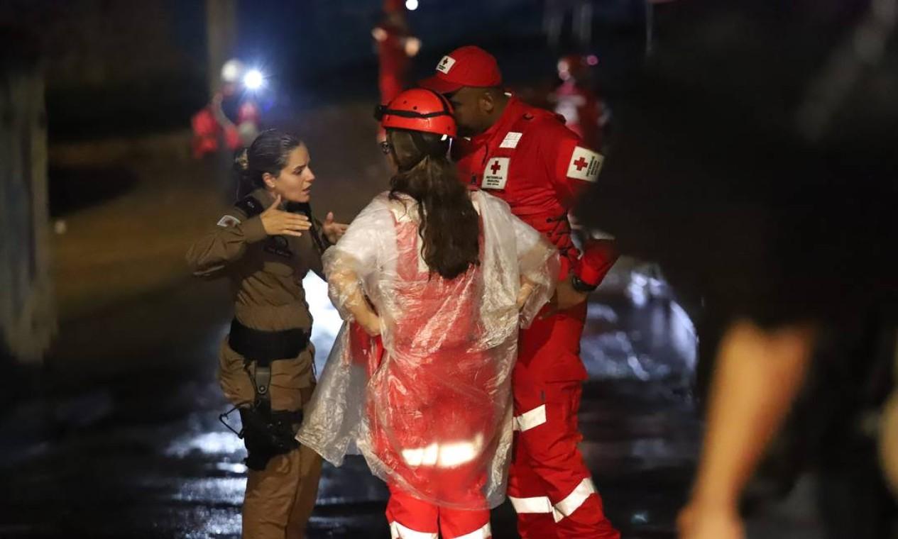 Equipes dos Bombeiros, da Polícia Militar e do Serviço de Atendimento Móvel (Samu) trabalham também durante a noite Foto: Ramon Bitencourt / Agência O Globo