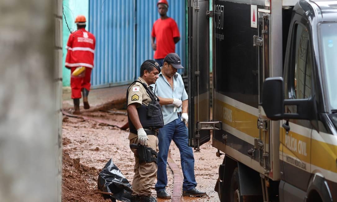 Bombeiros trabalham nas buscas por vitimas que podem estar soterradas na Vila Bernadete, em Belo Horizonte Foto: Flavio Tavares / O Tempo / via Agência O Globo