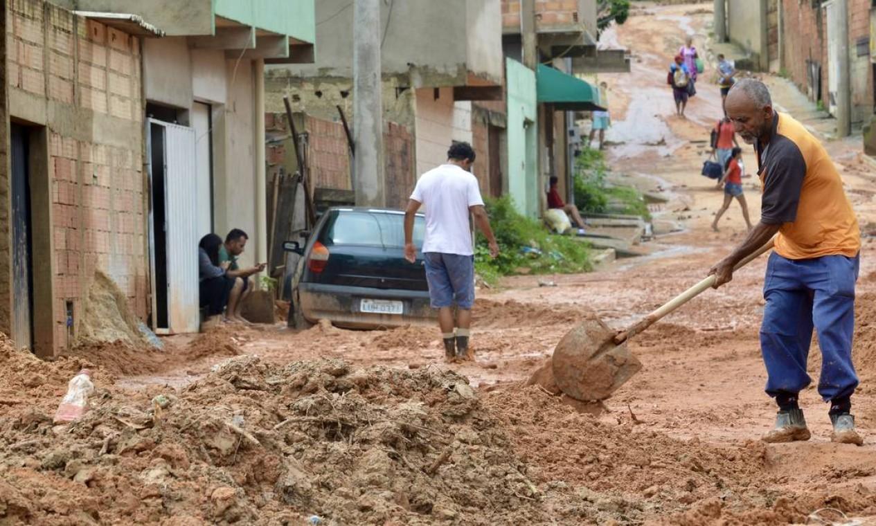 Barro tomou conta das ruas no Morro dos Cabritos, em Belo Horizonte Foto: Uarlen Valerio / O Tempo / via Agência O Globo