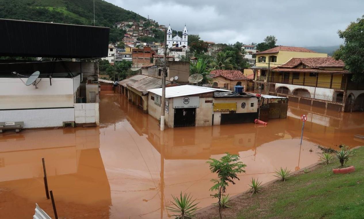 Chuva causou alagamentos na cidade de Raposos, que está entre as 47 cidades que declararam estado de emergência Foto: Luidgi Carvalho / Fotoarena / via Agência O Globo