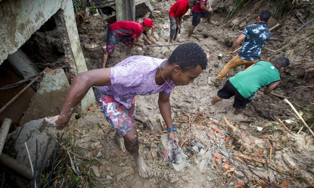 População trabalha por conta própria para limpar a lama que soterrou casas e nas buscas Foto: ALEXANDRE MOTA / O TEMPO / via Agência O Globo