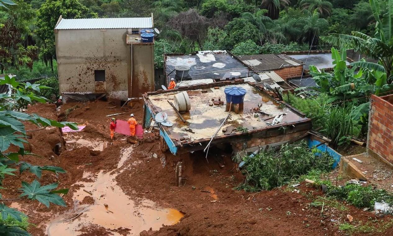 Bombeiros trabalham nas buscas por vitimas que podem estar soterradas na Vila Bernadete, região do Barreiro, em Belo Horizonte Foto: O Tempo / via