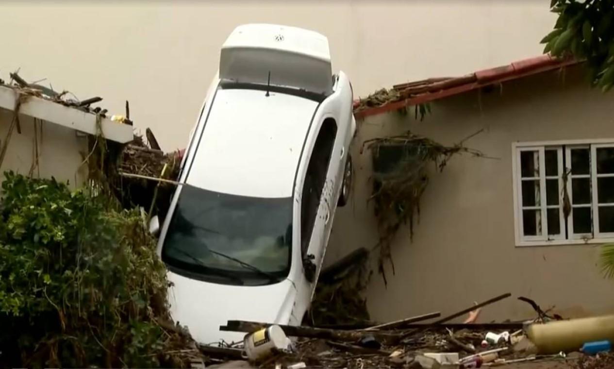 Fachada de casa destruída pela força da chuva. Até um automóvel foi parar no telhado Foto: Reprodução / TV Gazeta