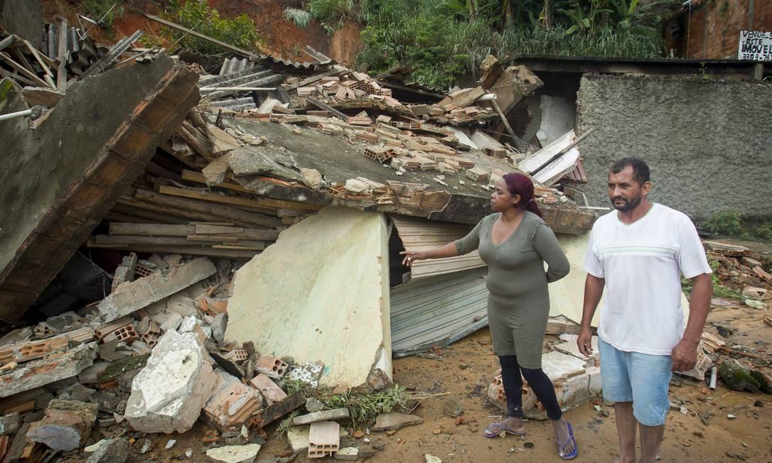 Casa desaba sem deixar vítimas na cidade de Ibirite, em Minas Foto: ALEXANDRE MOTA / O TEMPO / Agência O Globo