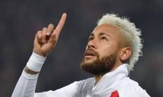 Neymar aponta para o céu, homenageando Kobe Bryant após marcar gol durante partida entre seu time, o Paris Saint-Germain, e o Lille, pelo Campeonato Francês Foto: DENIS CHARLET / AFP