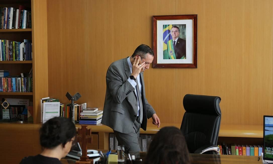 Secretário da Cultura, Roberto Alvim abandona entrevista para O Globo, e após receber ligação se dirige às pressas para o Palácio do Planalto Foto: Jorge William / Agência O Globo