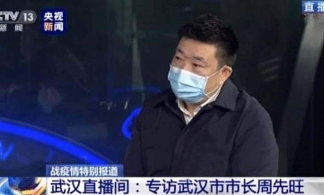 O prefeito de Wuhan, Zhou Xianwang, durante entrevista à emissora estatal chinesa Foto: Reprodução / CCTV
