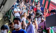 Passageiros usam máscara em uma estação de trem em Bangkok, na Tailândia; o país já registru oito casos de coronavírus Foto: MLADEN ANTONOV / AFP